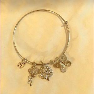Jewelry - butterfly charm bracelet silver tone Brand New 曆